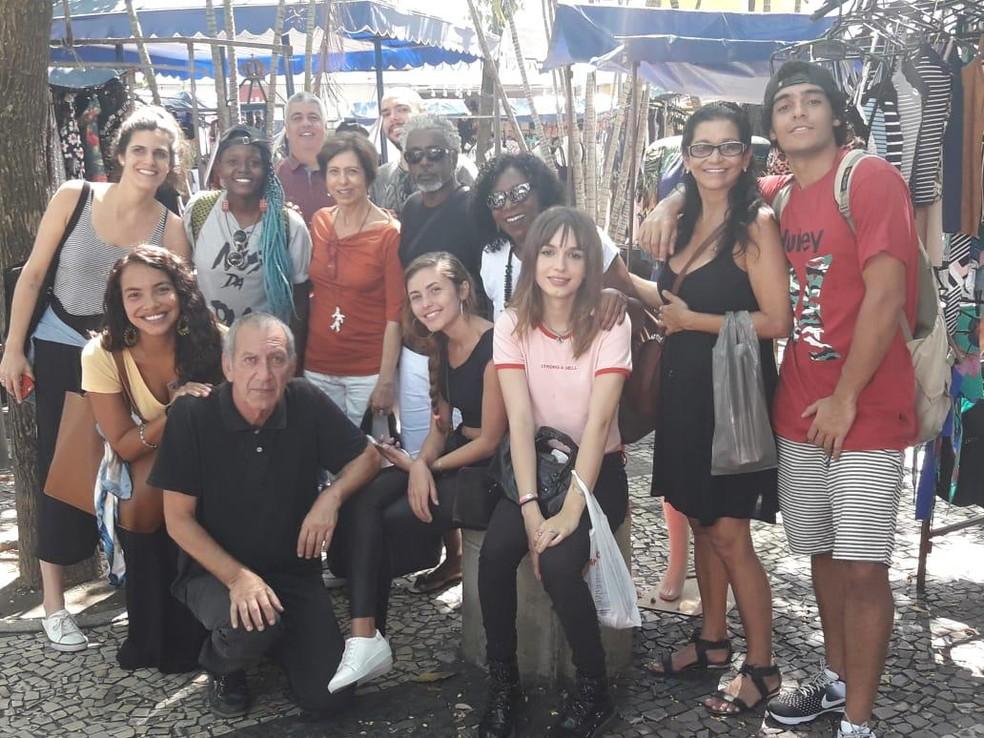Elenco e equipe da próxima novela das 7 estiveram no bairro de Bonsucesso, na Zona Norte do Rio — Foto: Arquivo pessoal