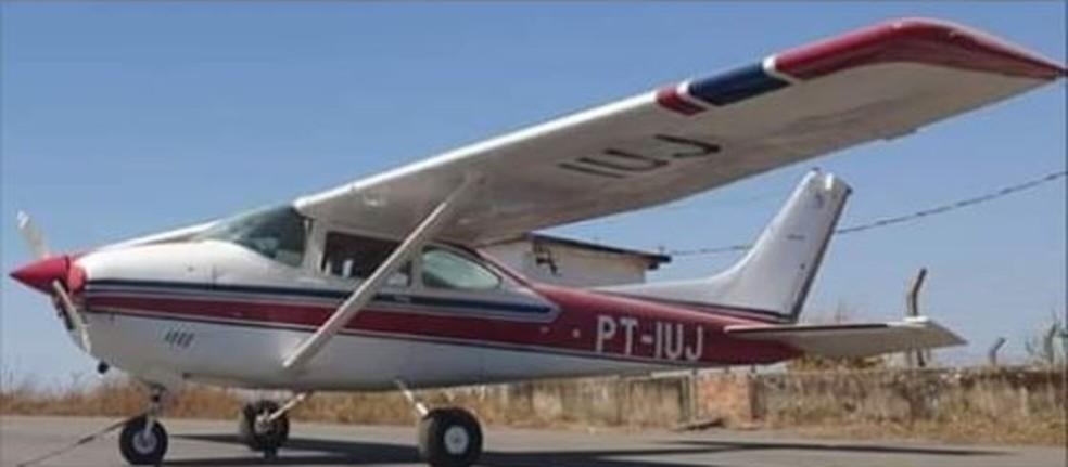 Avião agrícola, monomotor cessna 182, comercializado com nome de skylane 182 foi roubado de fazenda de Cujubim, RO. Neste sábado (11), a foto foi publicada no Facebook solicitando informações sobre o paradeiro.  — Foto: Reprodução/Facebook