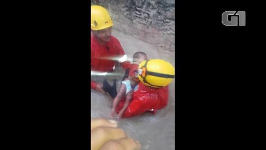 Bebê, dez crianças e casal que estavam ilhados são resgatados pelos bombeiros; veja vídeo