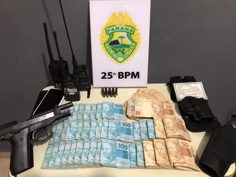 Dinheiro, arma e rádios transmissores foram apreendidos pela polícia em Umuarama — Foto: PM/Divulgação