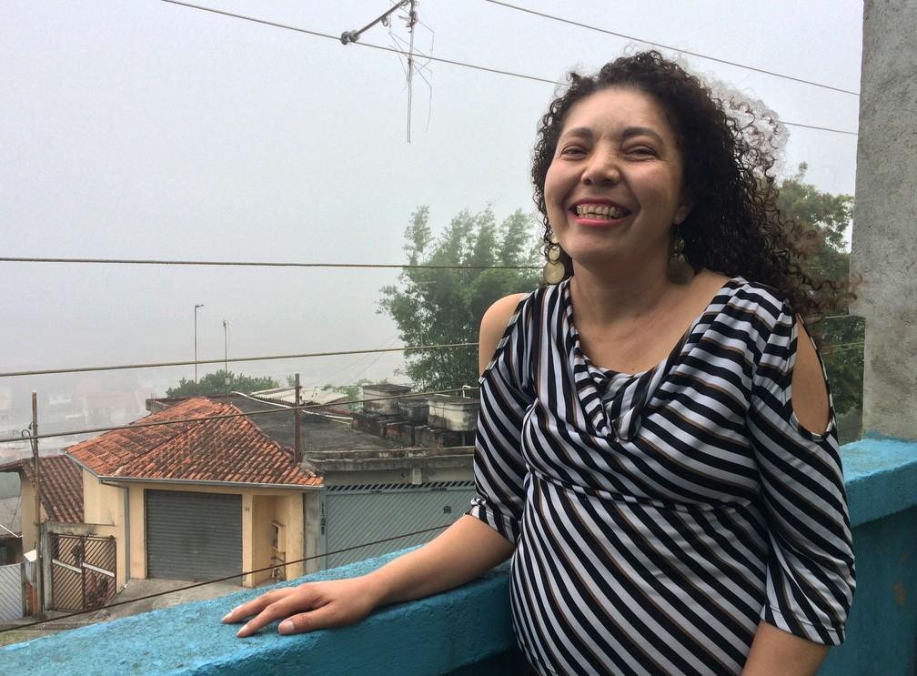 Claudia Costa, 43 anos, comemora a vida após sofrer tortura e violência doméstica durante 10 anos. Agressor está preso e hoje ela cursa psicologia — Foto: Glauco Araújo/G1