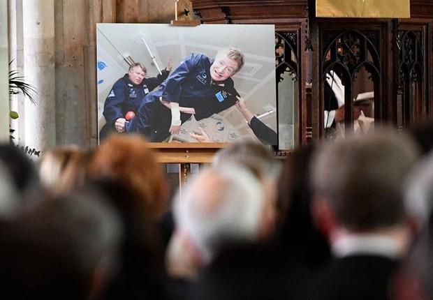 Imagem de Stephen Hawking é exibida durante seu funeral (Foto: EFE/EPA/STR UK AND IRELAND OUT)