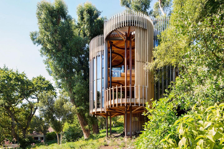Cabana em meio à natureza imita casa na árvore com décor contemporâneo