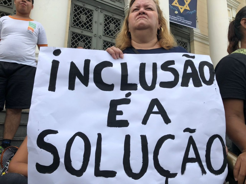 Manifestante pede inclusão na educação pública de Niterói (Foto: Bruno Albernaz/ G1)
