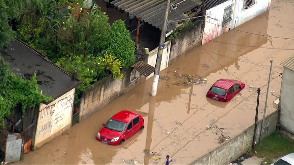 Rua de Guaianases alaga e carros ficam debaixo d´água — Foto: TV Globo/Divulgação