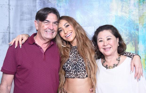 Sabrina com os pais, Omar Rahal e Kika Sato Rahal (Foto: Divulgação / Renato Wrobel)
