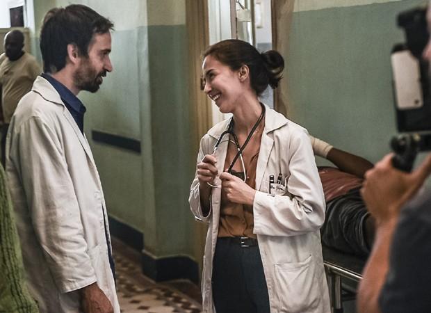 Julio Andrade e Marjorie Estiano gravam 'Sob Pressão' (Foto: Divulgação/TV Globo)