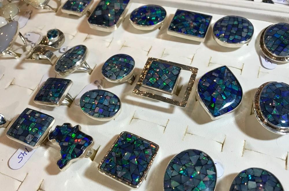 'Mosaicos' de opala são tradicionais nas joias com a pedra semipreciosa, na Fenearte (Foto: Penélope Araújo/G1)