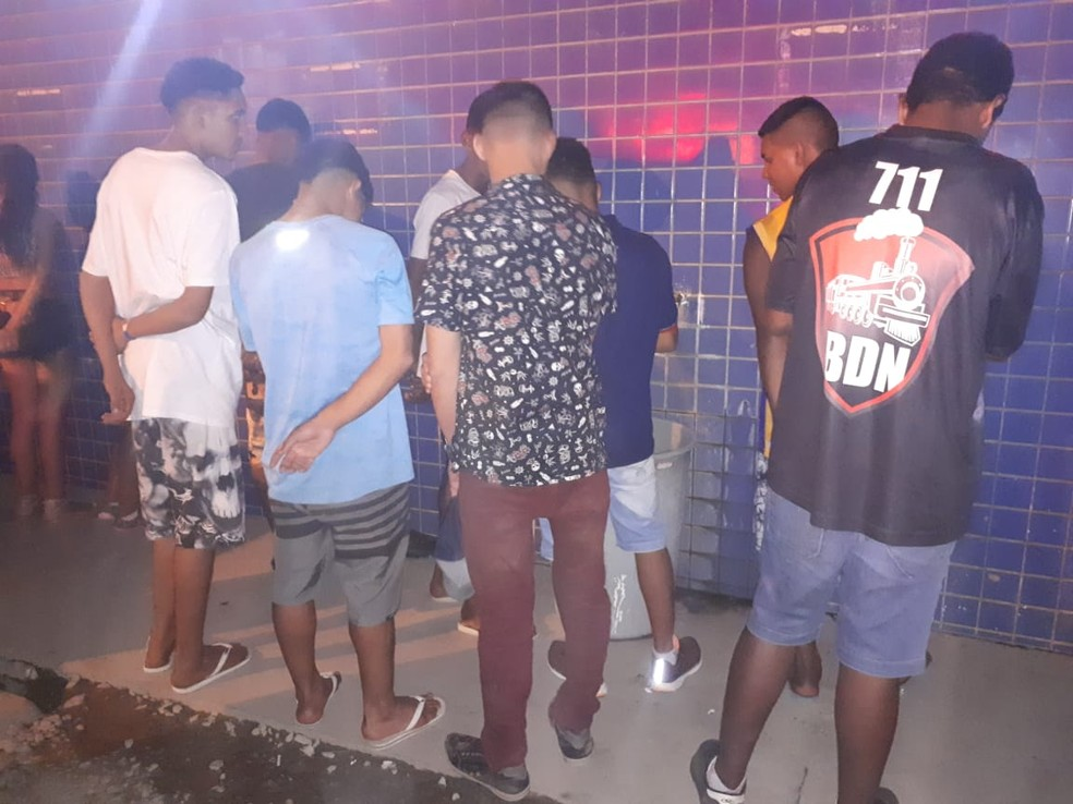 Polícia encontrou 15 adolescentes em festa com bebida alcoólica e disputa de som automotivo em Cuiabá (Foto: Polícia Militar de MT/Assessoria)