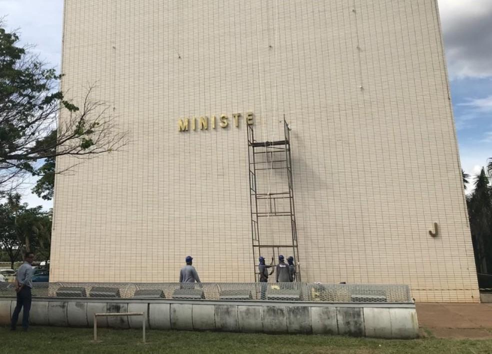 Operários trabalham na fachada do Bloco J da Esplanada, onde funcionava o Ministério da Indústria e Comércio Exterior; MDIC foi fundido ao Planejamento e à Fazenda — Foto: Marília Marques/G1