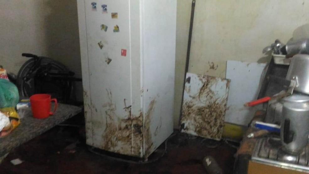 Casa onde deficiente foi encontrado abandonado estava suja de fezes, em Iguape, SP — Foto: Divulgação/PM