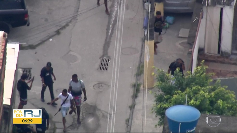 Imagens do Globocop flagram criminosos fortemente armados na Cidade de Deus na manhã desta segunda (2) — Foto: Reprodução / TV Globo