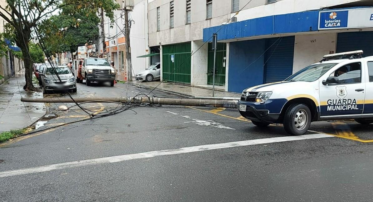 Caminhão derruba poste e interdita rua no bairro Aterrado, em Volta Redonda