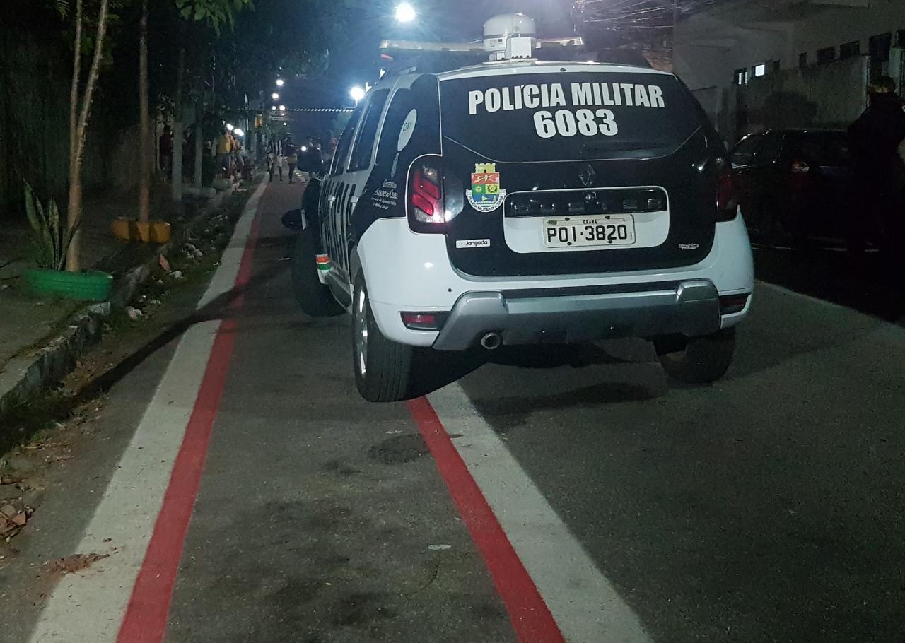 Motociclista é morto a tiros após ser perseguido e derrubado do veículo por criminosos, em Fortaleza