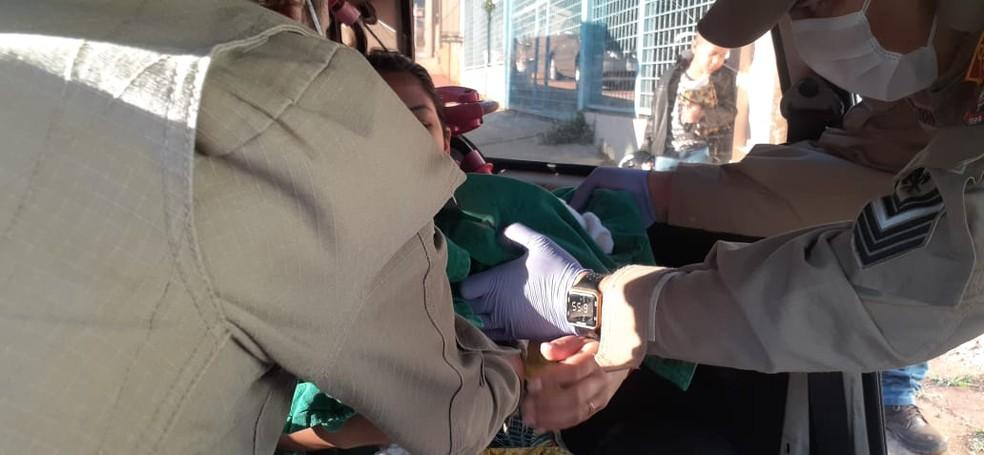 Bombeiros fizeram o atendimento à mãe e filha após o parto — Foto: Ronie Cruz/ Morena FM
