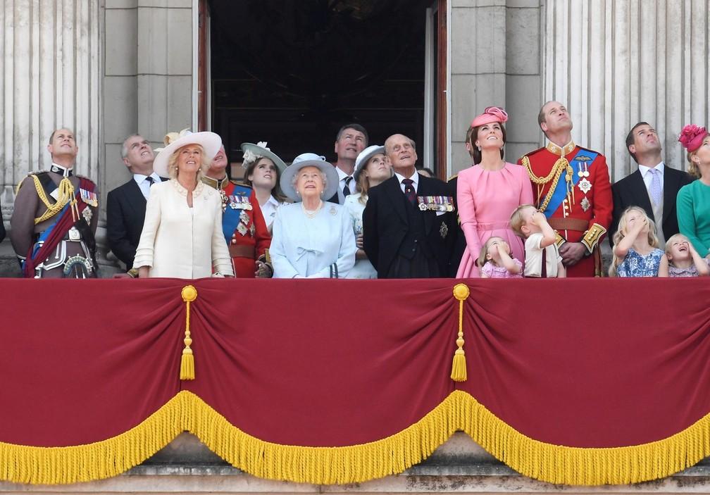 Rainha Elizabeth e Príncipe Philip recebem membros da família real no Palácio de Buckingham para eventos oficiais de aniversário da rainha, que fez 91 anos em 21 de abril — Foto: Reuters/Toby Melville