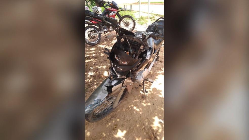 Moto de vítima envolvida em acidente de trânsito no cruzamento da Av. Moaçara e BR-163 em Santarém (Foto: Marilha Maia/G1)