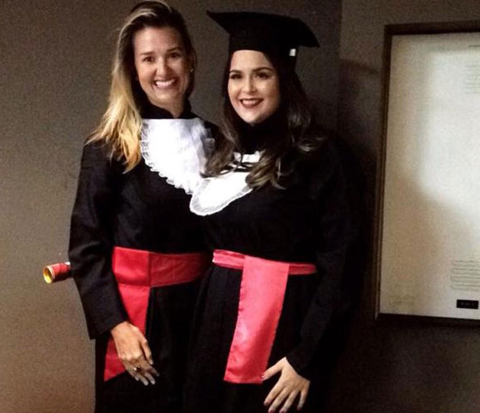 Cátia (loira) ao lado de Lorena, que foi aluna dela e a denunciou por plágio em trabalho do curso de Direito — Foto: Arquivo Pessoal