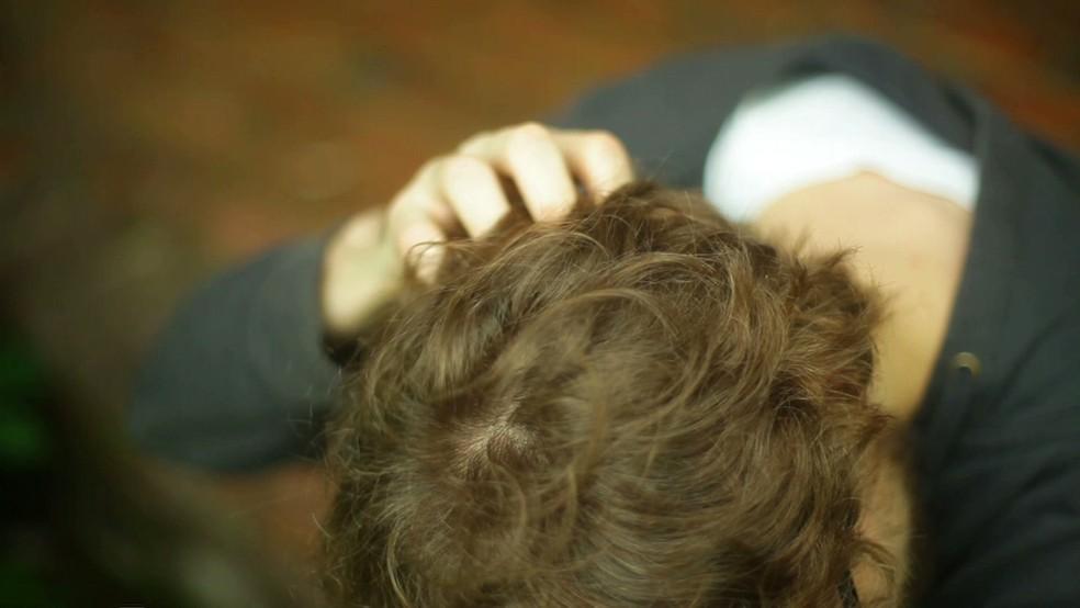 Um dos sintomas é a coceira frequente na cabeça (Foto: BBC)
