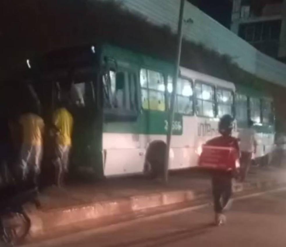 Uma pessoa morre após coletivo invadir ponto de ônibus na Avenida Heitor Dias, em Salvador — Foto: Reprodução/Redes Sociais