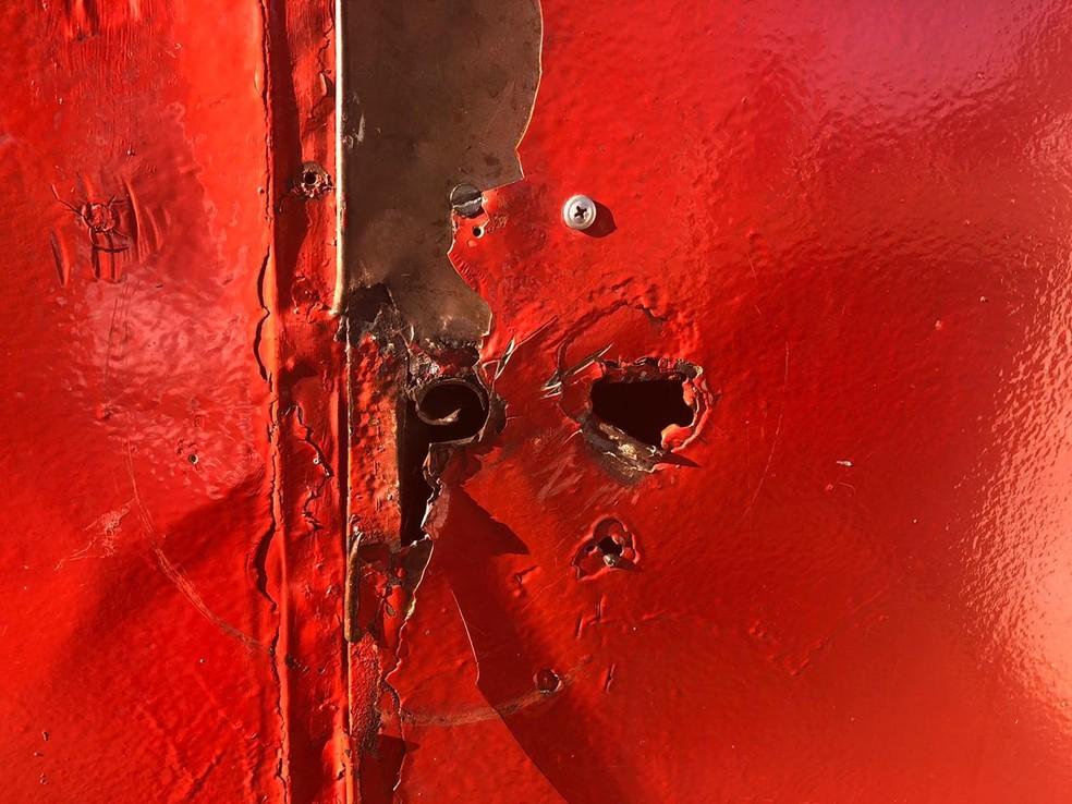 Marcas de tiros foram encontradas no trailer em Botucatu  — Foto: Pedro Zacchi / TV TEM
