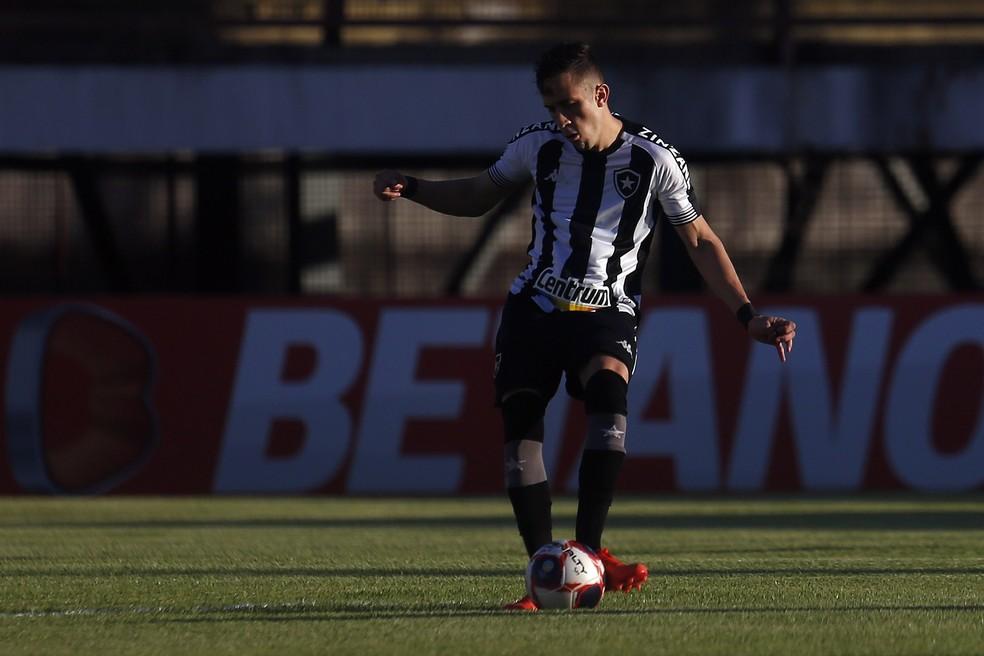 Jogando de primeiro volante, Matheus Frizzo foi o que mais acertou passes pelo Botafogo: 65 — Foto: Vitor Silva/Botafogo