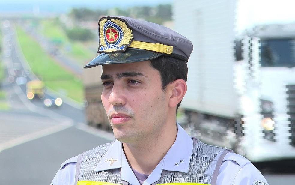 Tenente da Polícia Rodoviária Péricles Veronezi Flora diz que a recusa ao bafômetro é uma imprudência do próprio motorista  — Foto: Luciano Tolentivo/ EPTV