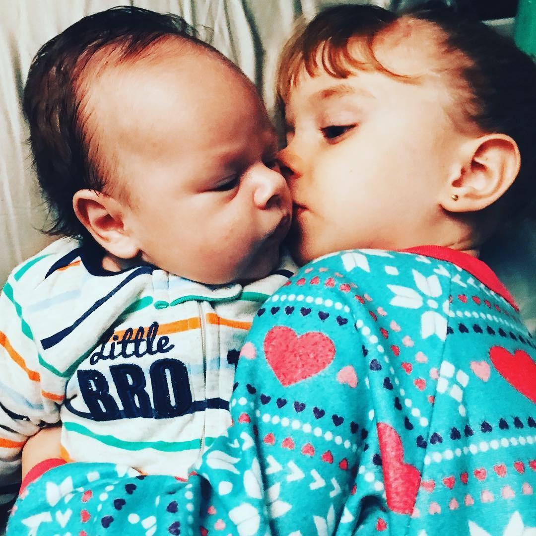 Aurora e o irmão: um grude! (Foto: Reprodução/Instagram)