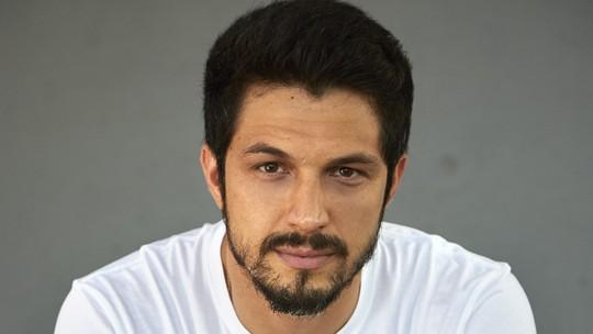 Romulo Estrela conta que nunca foi mulherengo e demorou a aceitar que era bonito: 'Sempre fui tímido'