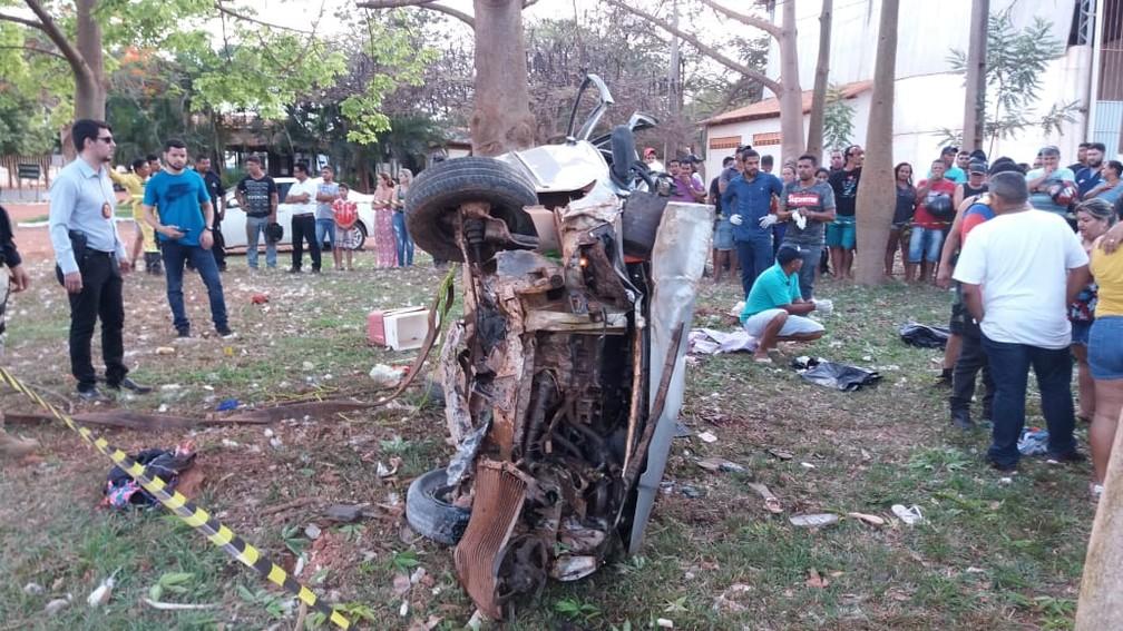 -  Veículo bateu em uma mureta de concreto e capotou.  Foto: Divulgação/ PRF