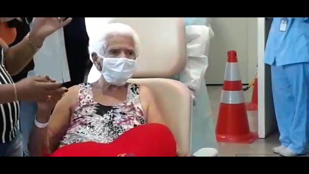 Dona Nair, de 101 anos, é aplaudida ao deixar hospital particular do Rio curada da Covid-19 — Foto: Reprodução