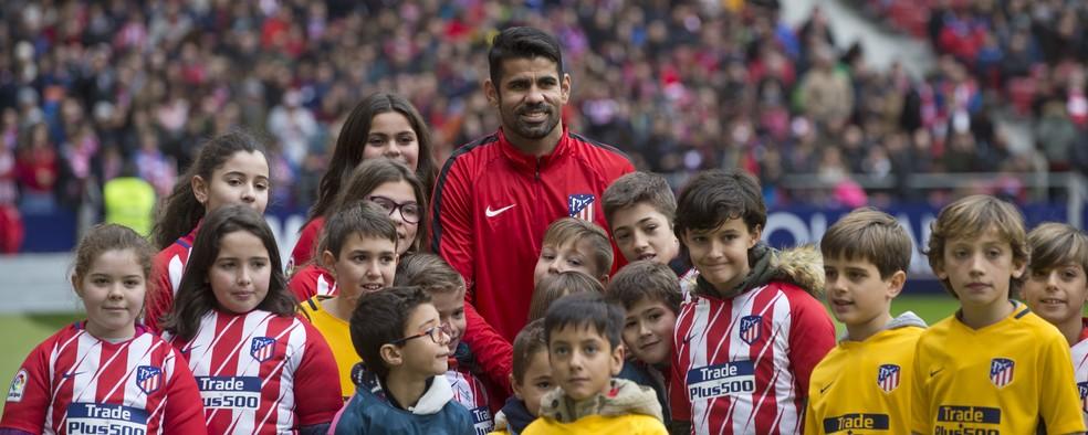 Diego Costa com mascotes do Atlético de Madrid em sua apresentação no Estádio Metropolitano (Foto: AP Photo/Paul White)