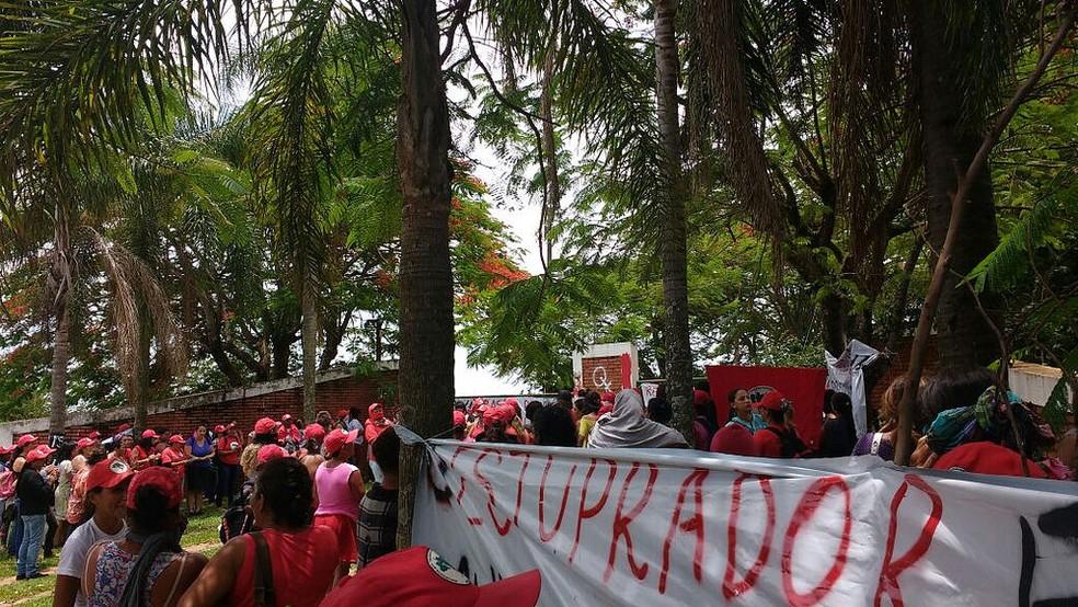Segundo o MST, cerca de 200 mulheres protestaram contra a violência contra a mulher (Foto: Divulgação/MST)