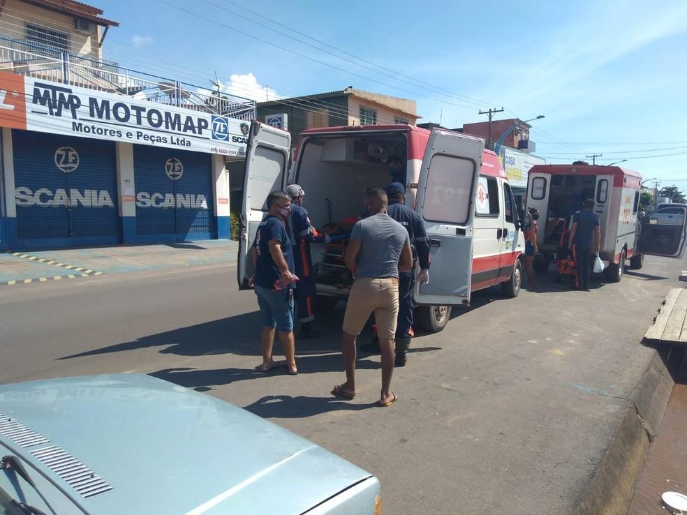 Família foi resgatada por equipes do Samu e levada ao hospital — Foto: Jaderson Moreira/TV Tapajós