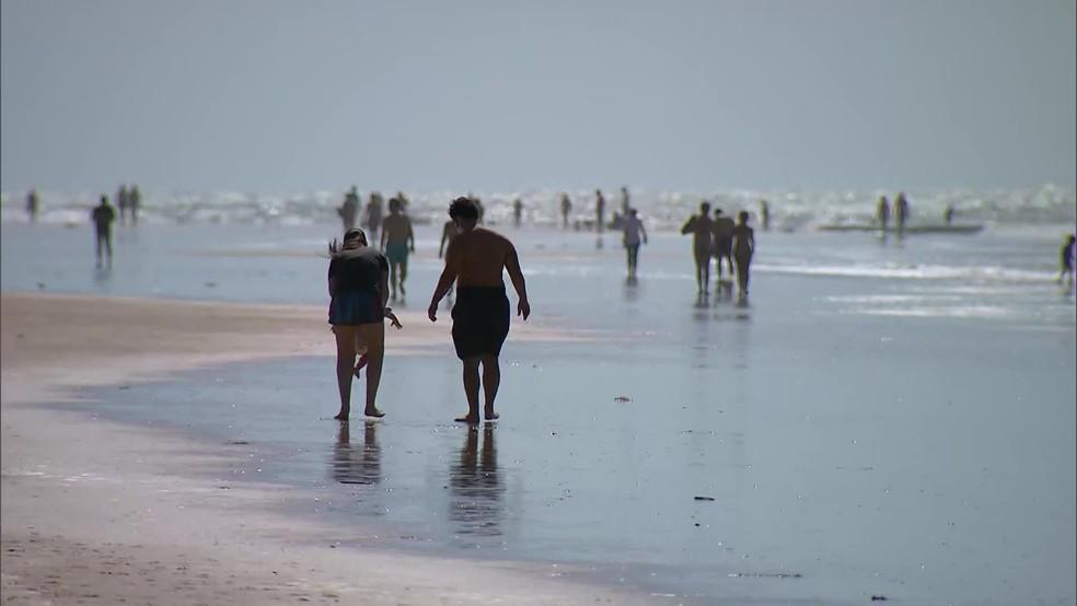 Praia de Boa Viagem, na Zona Sul do Recife, teve movimento neste sábado (20) — Foto: Reprodução/TV Globo