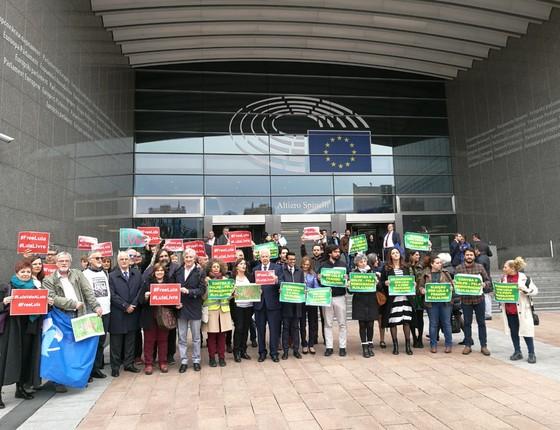Manifestantes na Bélgica protestam contra a prisão de Lula (Foto: Reprodução)