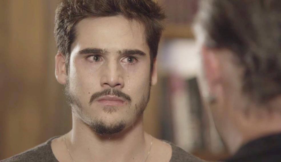Samuca (Nicolas Prattes) perde a paciência com Livaldo (Nelson Freitas) e parte para cima dele, na novela 'O Tempo Não Para' — Foto: TV Globo