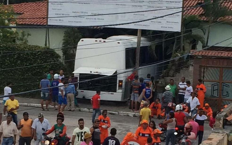 Ônibus transportava cerca de 20 agris que prestam serviço para a prefeitura  (Foto: Thiago Lira/Arquivo Pessoal)