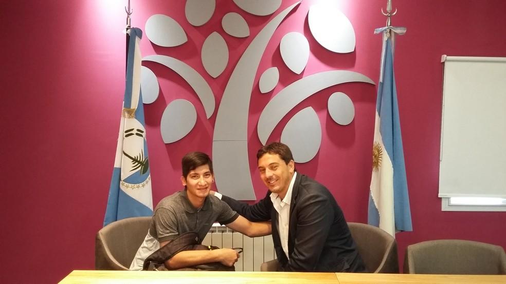 Gullermo Torres (esq.) com Gastón Contardi, secretário-geral do Faena, fundo que ofereceu ao jovem uma bolsa de estudos para completar o ensino médio (Foto: Divulgação/Faena)
