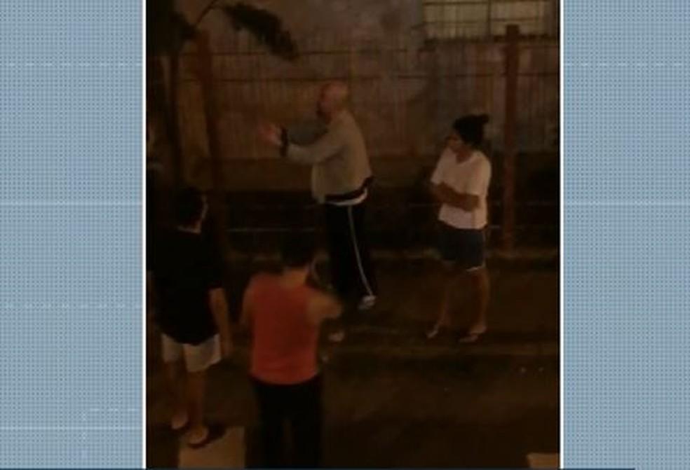 Homem é acusado de jogar pedras e xingar criança e mãe em Campinas — Foto: Reprodução/EPTV