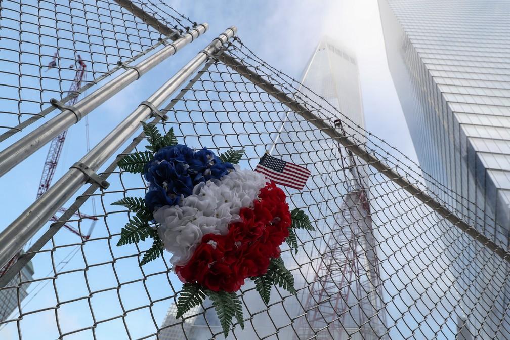 Flores são vistas em uma cerca perto do One World Trade Center no 18º aniversário dos ataques ao WTC em Nova York, nos EUA — Foto: Shannon Stapleton/Reuters