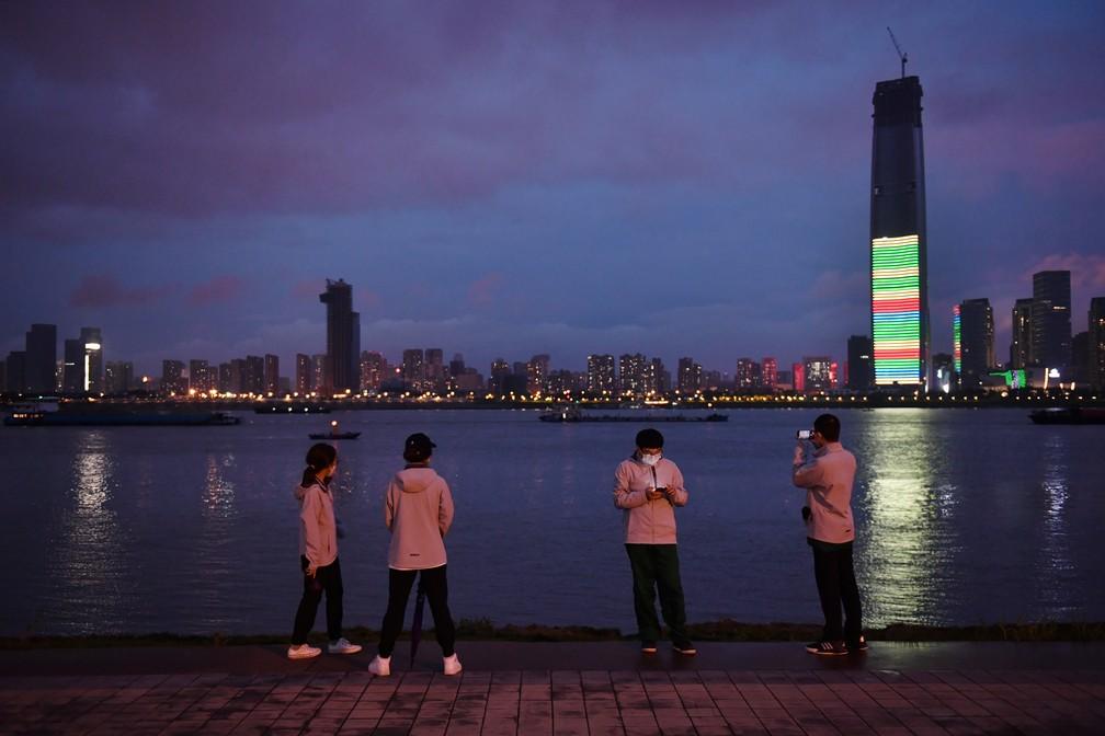Profissionais da saúde em Wuhan, na China, em 26 de março de 2020 — Foto: Stringer/Via Reuters