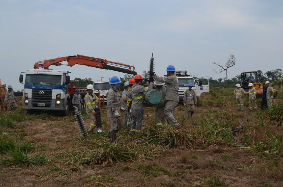 Trabalhadores da Eletrobras trabalham para restabelecer energia — Foto: Eliete Marques/G1