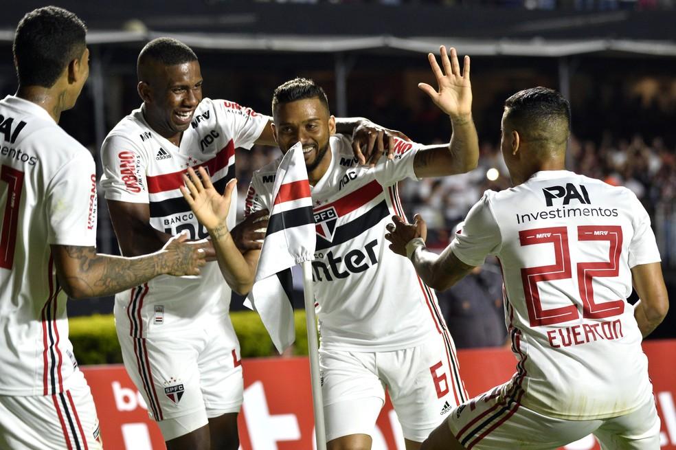 Jogadores do São Paulo comemoram gol de Reinaldo — Foto: Marcos Ribolli