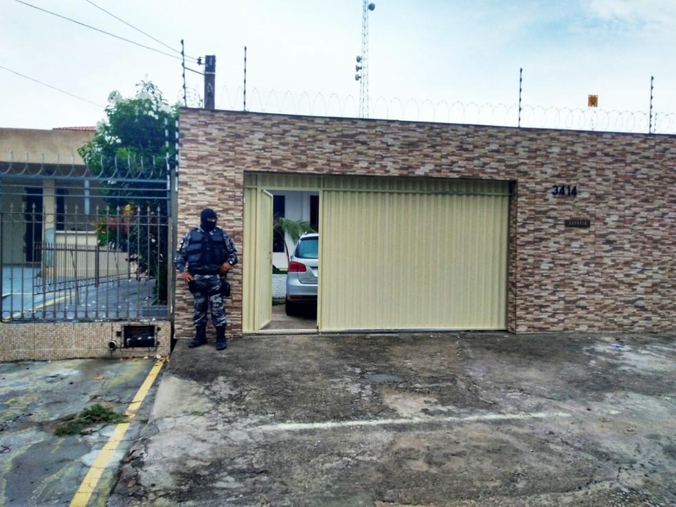 Mandado foi cumprido com o apoio de policiais militares do Batalhão de Choque da PM e agentes da PRF (Foto: Marksuel Figueredo/Inter TV Cabugi)