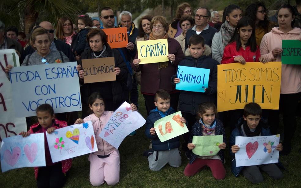 Pessoas exibem cartazes com mensagens de apoio enquanto continua operação de resgate ao menino Julen, que caiu em poço em Totalán, na Espanha, em foto de quarta-feira (16) — Foto: Jorge Guerrero/AFP