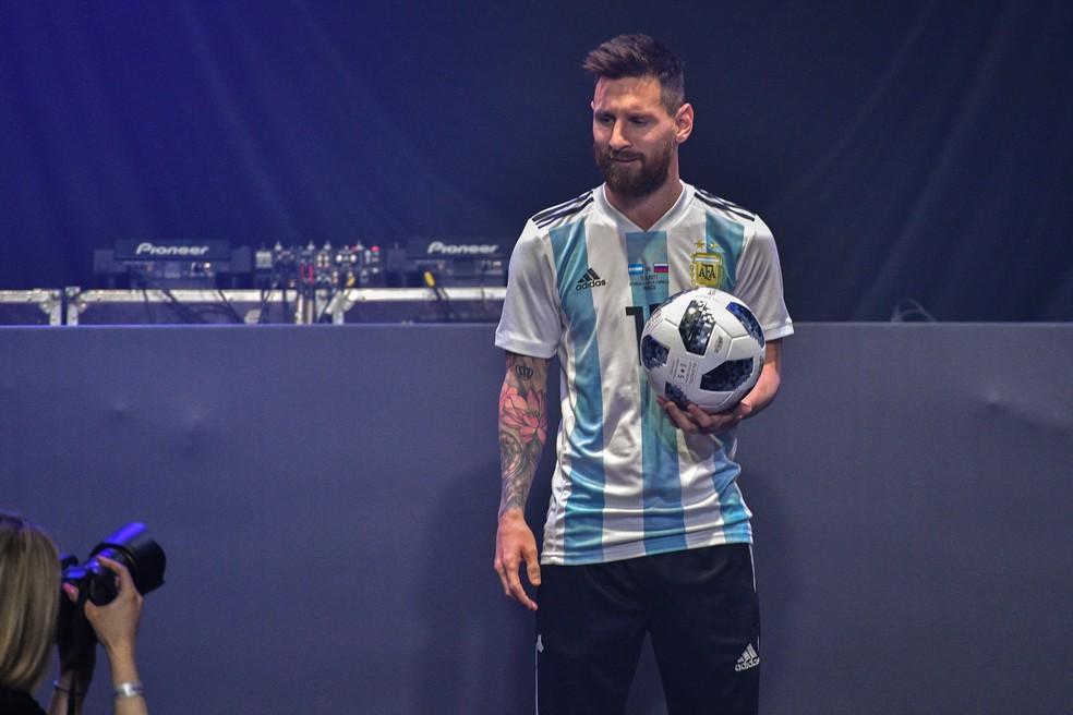 Messi com a Telstar 18, bola da Copa do Mundo da Rússia (Foto: AFP)