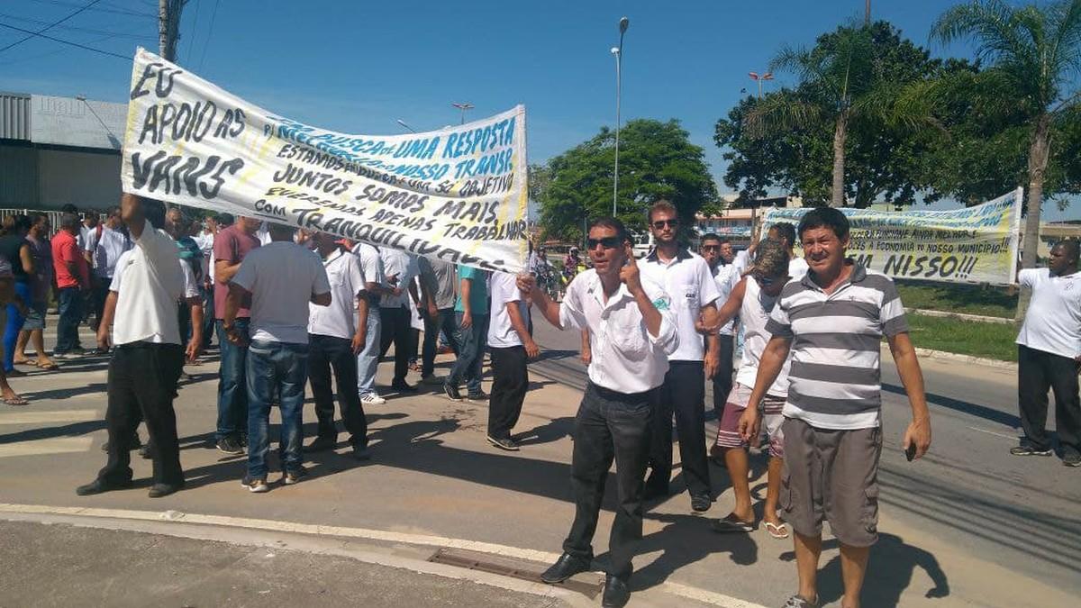 Motoristas de vans protestam contra regulamentação de transporte público em Rio das Ostras, no RJ