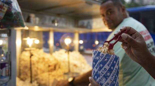 Sucesso. A pinça oferecida por Marcos Rosa, que trabalha na esquina das avenidas Rio Branco e Almirante Barroso (Foto: Agência O Globo)
