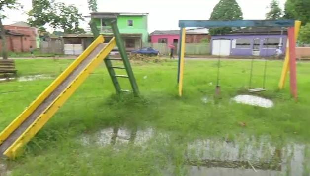 Moradores pedem melhorias em quadra e parque infantil em praça no bairro João Eduardo II